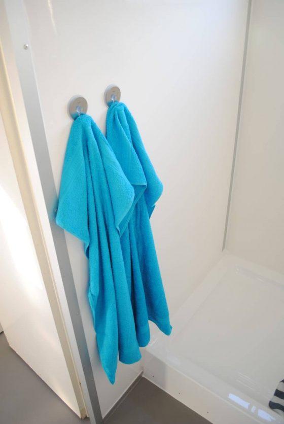 Tijdelijk geen badkamer? Douchecabine met handdoekhaakjes