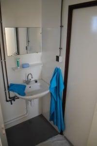 De tijdelijke mobiele badkamer is ruim van binnen.
